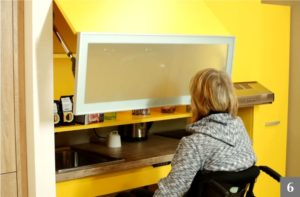 Bezbariérová kuchyně s polohovatelnými policemi pro invalidy