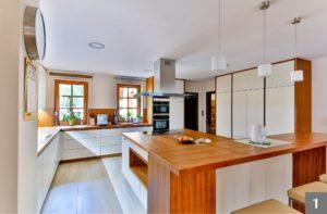 Nadčasová kuchyně z bílého a přírodního dřeva s barem