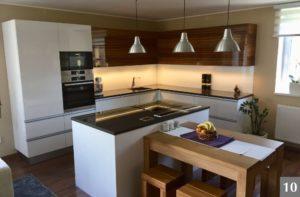 Hnědobílá nadčasová rohová kuchyně s ostrůvkem