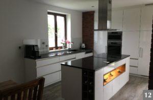 Nadčasová kuchně s lesklou kuchyňskou deskou