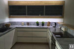 Nadčasová kuchyně v kombinaci s kamenem a sklem