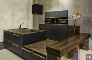 Tmavá nadčasová kuchyně s netradičními povrchy