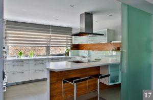 Světlá nadčasová kuchyně s průhledovými okny