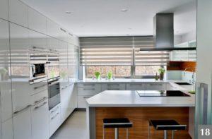 Světlá nadčasová kuchyně do tvaru U s barem