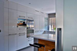 Světlá nadčasová kuchyně v lesku se spoustou úložného prostoru