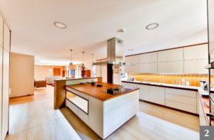 Nadčasová kuchyně s výrazným kuchyňským ostrůvkem