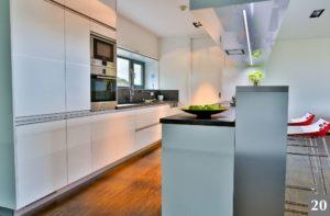 Nadčasová kuchyně s barem a průhledem do zahrady