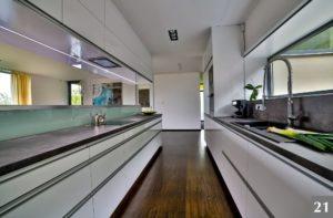 Nadčasová kuchyně s průhledovými okny a podvícením