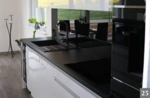 Nadčasová kuchyně s černou pracovní deskou
