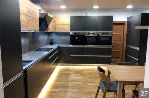 Nadčasová černá kuchyně s dřevěnými prvky