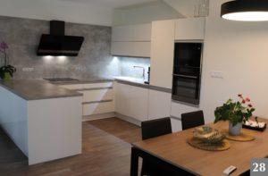 Nadčasová kuchyně s kamennou kuchyňskou deskou