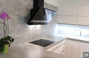Nadčasová kuchyně s kamennými detaily