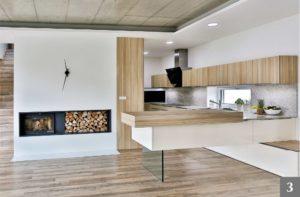 Nadčasová světlá kuchyně v úzkém prostoru s krbem