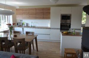 Prostorná nadčasová kuchyně s bílým a přírodním dřevem
