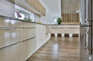 Nadčasová světlá kuchyně v mírném lesku s kovovými prvky