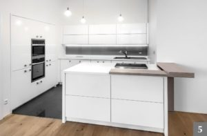Nadčasová kuchyně s chytře řešeným barem