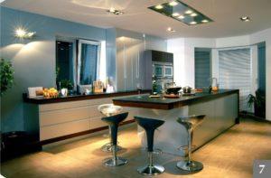 Nadčasová kuchyně s kuchyňským ostrůvkem, který přechází v bar
