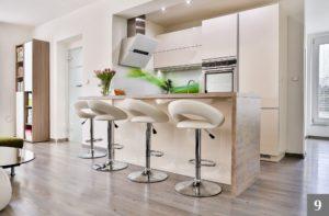 Světlá nadčasová kuchyně s velkým barem