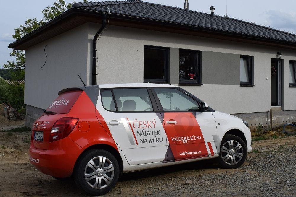 Firemní auto společnosti Válek & Kačena na první schůzce u klienta
